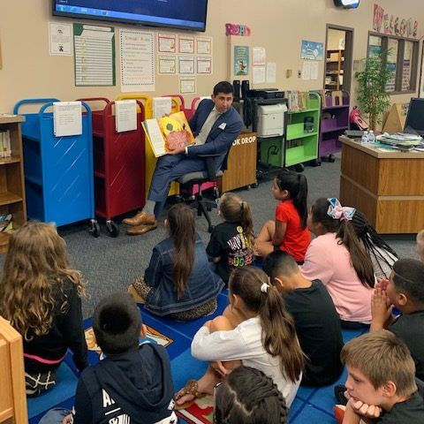 Joe Buoni reading to a group of students.